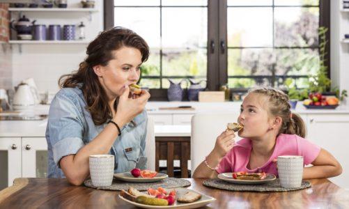 Szkolne śniadanie od ręki: Jakie produkty warto zawsze mieć w domu?